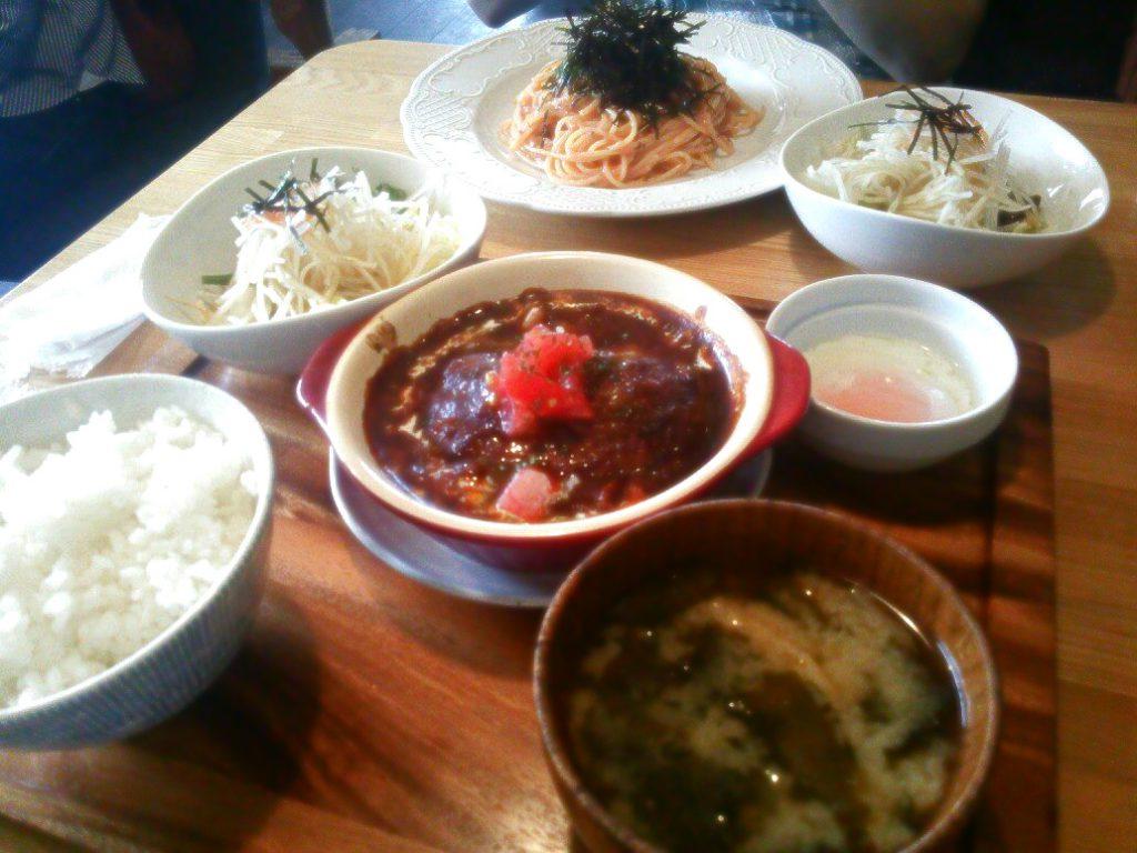 三春町の隠れ家風カフェ「cafe narumari(カフェ ナルマリ)」イカ刺し明太パスタとハンバーグシチュー