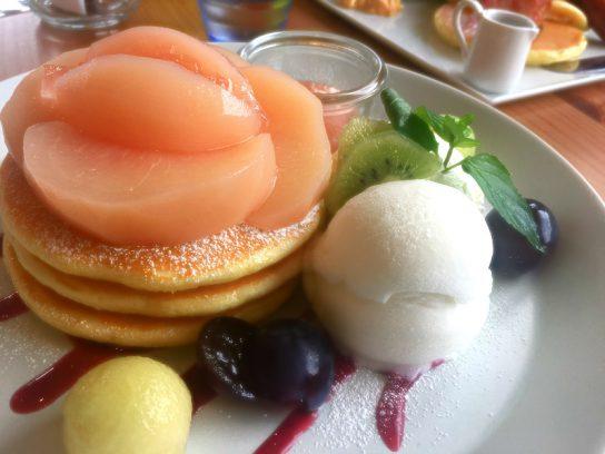 カフェナナラさんの季節限定の桃のパンケーキ